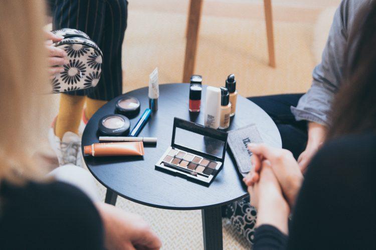 En el artículo de hoy te contamos todo lo que tienes que saber sobre los cursos de maquillaje, en especial sobre las ventajas y desventajas de un curso de automaquillaje online. Si quieres saber más sobre este tipo de cursos tan de moda y los consejos de un maquillador profesional no te puedes perder este post.