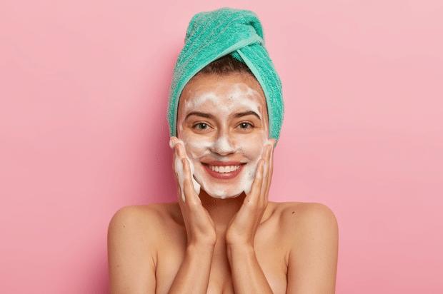 ¿Cómo hacer una rutina desmaquillante para evitar el acné?